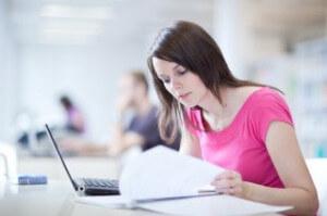 """סטודנטית שקיבלה הלוואה ללימודים בחו""""ל לומדת לבחינה"""