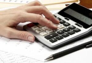 אדם מחשב ריבית להלוואה לכיסוי חובות גדולות