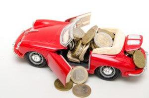 דגם של רכב עם מטבעות שיוצאות ממנו