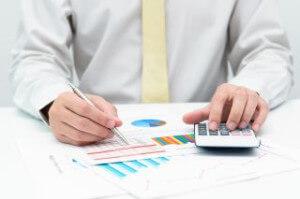 איש עסקים עושה חישובים עבור הלוואה שהוא רוצה לקחת