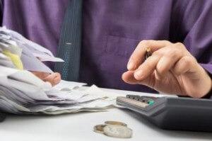 אדם מחשב במחשבון ריבית על הלוואה