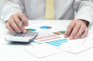 איש עסקים מחשב ריבית על הלוואה קטנה לעסקים