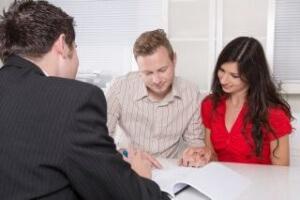 זוג שחותם על הלוואה