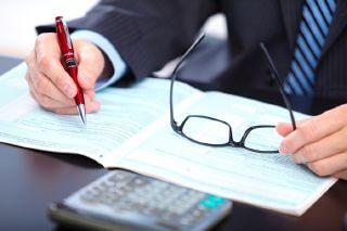 אדם מחפש אופציות להלוואה לסגירת עיקול