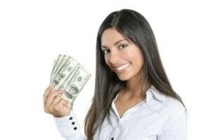 אשה עם כסף שהתקבל מהלוואה