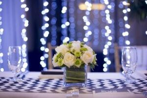 סידור פרחים על שולחן בחגיגת בר מצווה